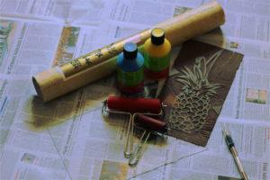 Reispapier, Farben, Walzen, Glasplatte und Linolschnitt.